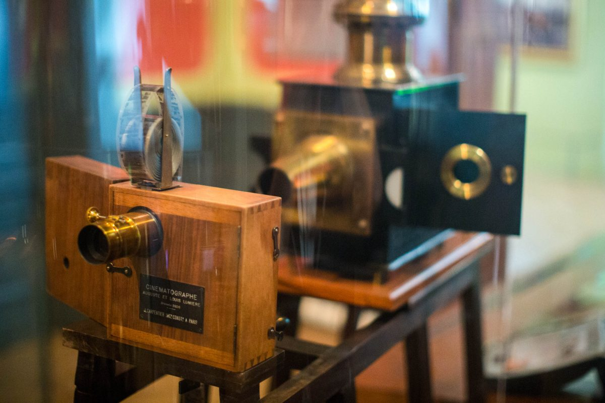 Der Cinematograph, der erste Filmprojektor der Welt, ist heute im Institute Lumière in der Altstadt von Lyon zu besichtigen, Frankreich - © Victorgrigas CC BY-SA4.0/Wiki