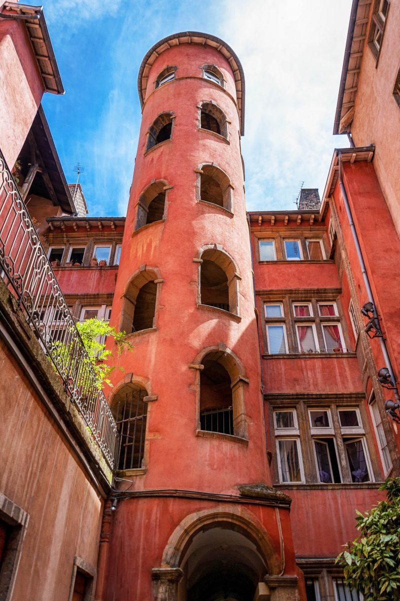 Der Tour Rose in den Traboules der Altstadt ist heute Teil eines Hotels und Restaurants und gehört zu den Wahrzeichen von Lyon, Frankreich - © Pidgorna Ievgeniia / Shutterstock