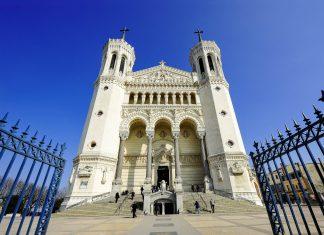Die Basilika Notre Dame de Fourvière in Lyon wurde zwischen 1872 und 1896 auf den Überresten einer Marienkapelle aus dem 12. Jahrhundert erbaut, Frankreich - © avarand / Shutterstock