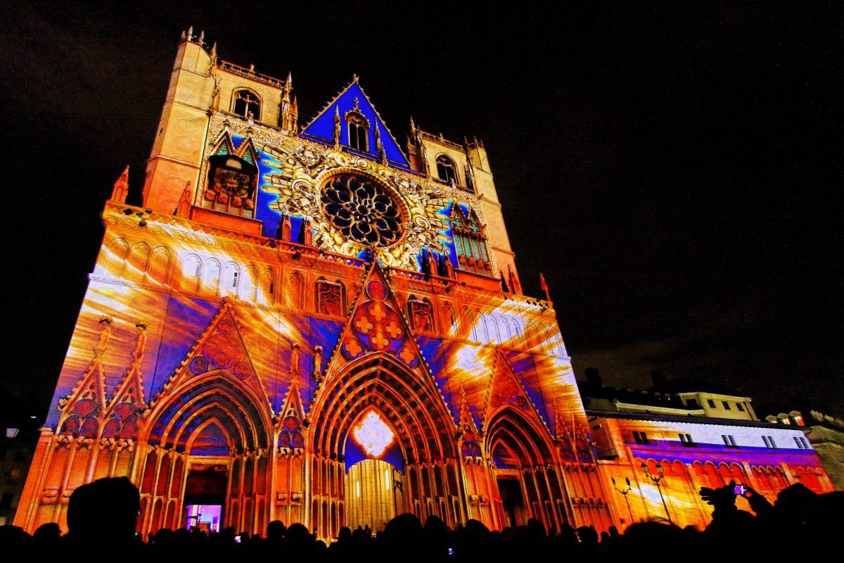 """Die imposante Kathedrale Saint-Jean in der Altstadt von Lyon wird jedes Jahr im Dezember beim """"Fête des Lumières"""" prachtvoll in Szene gesetzt - © Pierre-Jean Durieu / Shutterstock"""