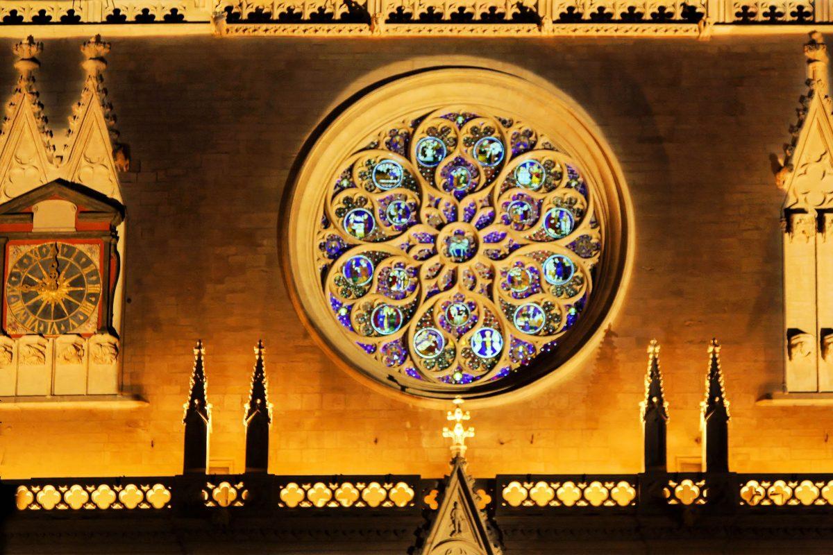Die kunstvoll gearbeitete Rosette über dem Eingangsportal der Kathedrale Saint-Jean in Lyon, Frankreich, weist einen Durchmesser von 6 Metern auf - © Pierre-Jean Durieu / Shutterstock