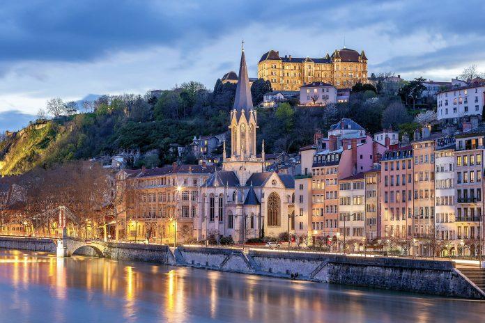 Die malerische Altstadt von Lyon am Fuß des Mont Fourvière wird häufig als eine der schönsten Renaissance-Viertel Europas bezeichnet, Frankreich - © prochasson frederic / Shutterstock