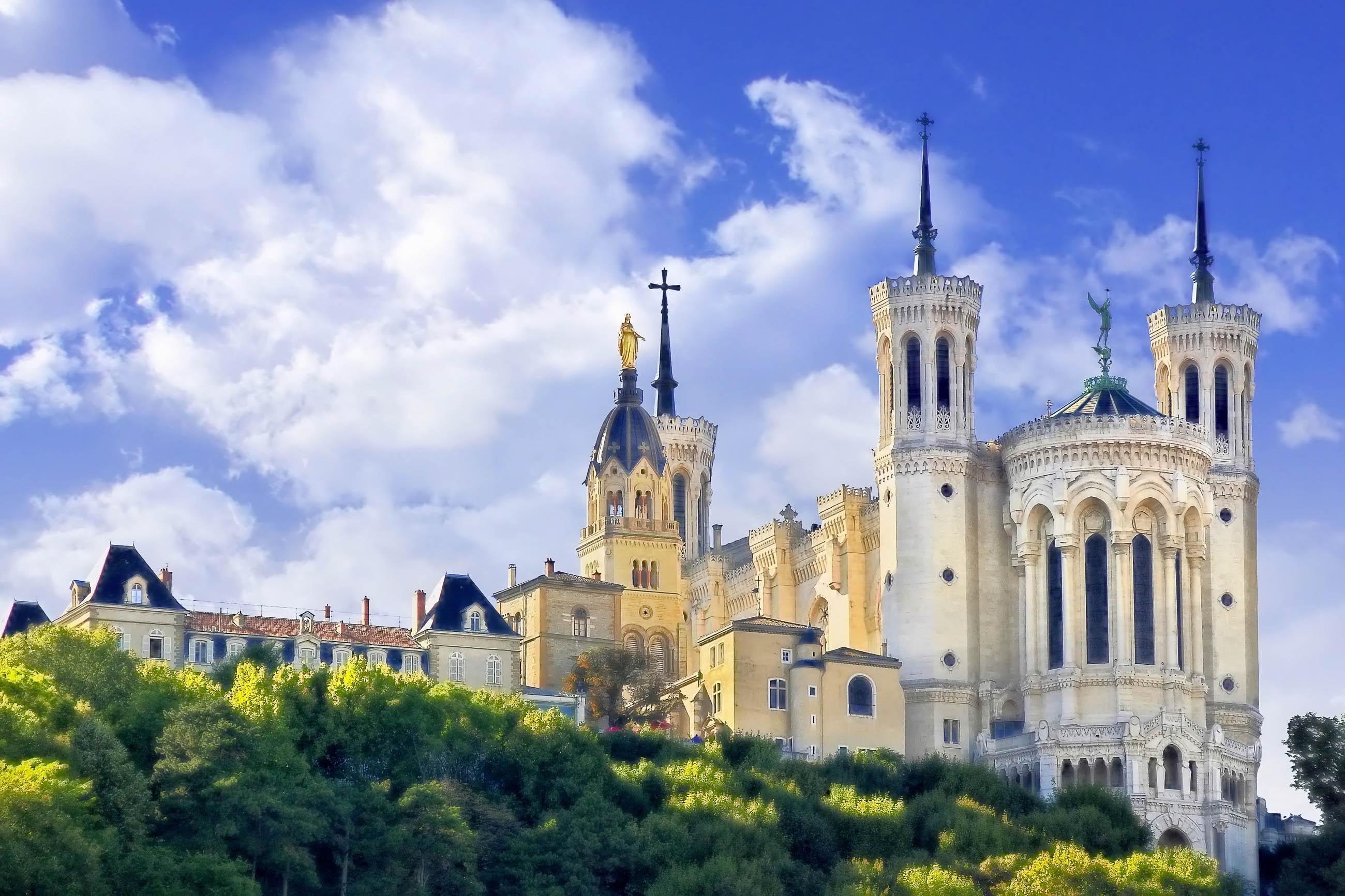 Die prachtvoll geschmückte Basilika Notre Dame de Fourvière zählt heute zu den wichtigsten Sehenswürdigkeiten von Lyon, Frankreich - © Davizro Photography / Shuttersto