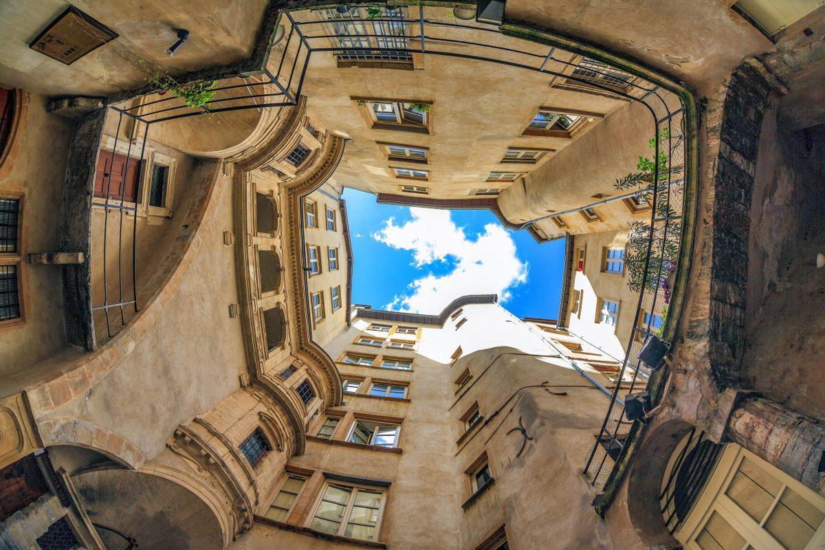 """Die """"Traboules"""" genannten Gassen in der Altstadt von Lyon verbinden die parallel zum Fluss verlaufenden Straßen von Vieux Lyon, Frankreich - © prochasson frederic / Shutterstock"""