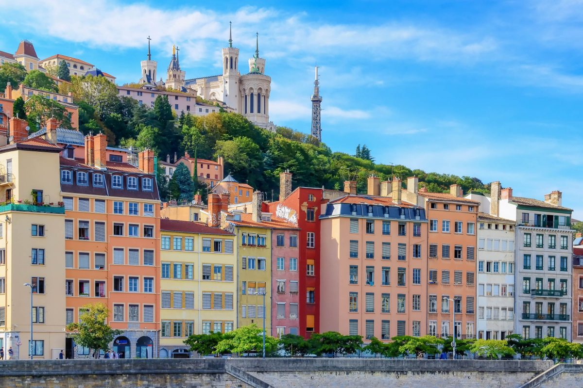 Die Türme der majestätischen Basilika Notre Dame auf dem Mont Fourvière von Lyon sind schon von weitem sichtbar, Frankreich - © Martin M303 / Shutterstock