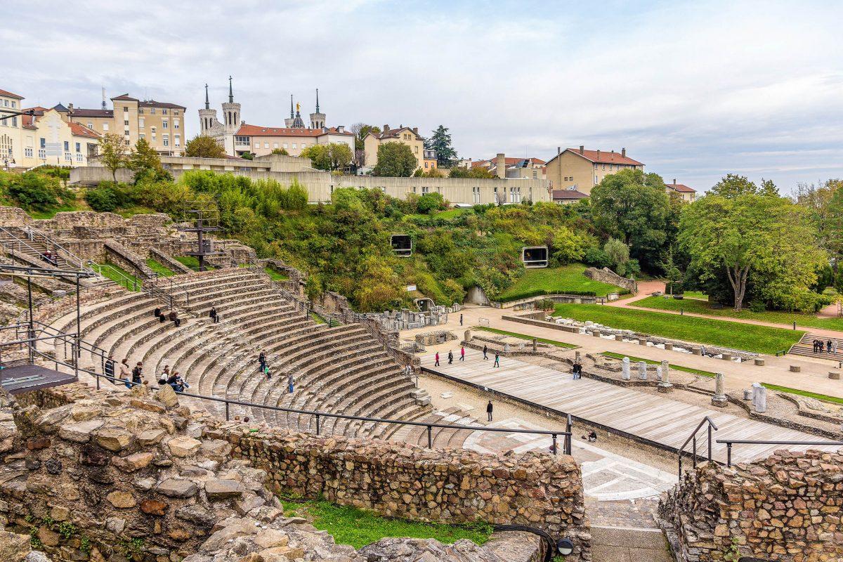 Neben den Römischen Bädern auf dem Mont Fourvière in Lyon, Frankreich, ist vor allem das Amphitheater aus dem Jahr 15 vor Christus ein spektakulärer Anblick - © Leonid Andronov / Shutterstock