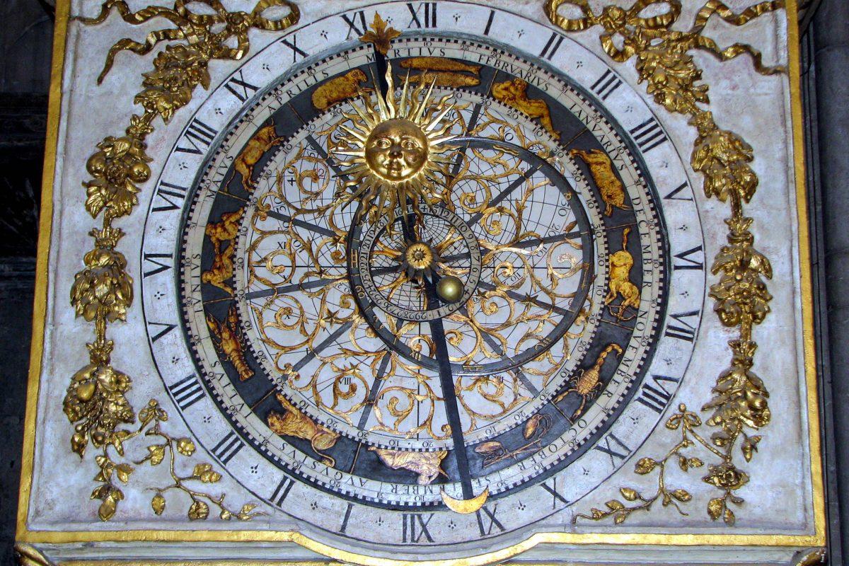 Neben der Uhrzeit zeigt die astronomische Uhr in der Kathedrale Saint-Jean auch die Positionen von Sonne, Monde und Erde, Lyon, Frankreich - © Chris 73 CC BY-SA3.0/Wiki