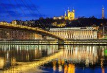 Neben über 2000 Jahre alten Ruinen und einem fantastischen Blick über Lyon sind am Mont Fourvière auch die elegante Basilika Notre Dame und ein Konkurrent des Eiffelturms zu finden, Frankreich - © prochasson frederic / Shutterstock