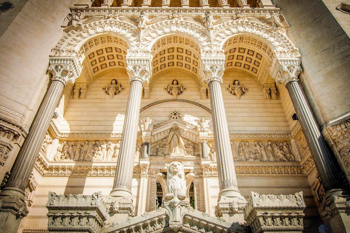 Prachtvoll geschmückte Fassade über dem Eingangstor zur Basilika Notre Dame de Fourvière in Lyon, Frankreich - © Konstantin Yolshin / Shutterstoc