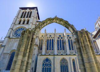 """Seit 1862 gilt die Kathedrale Saint-Jean in der Altstadt von Lyon als """"monument historique"""" von Frankreich und steht damit unter Denkmalschutz - © Jeremy Wee / Shutterstock"""