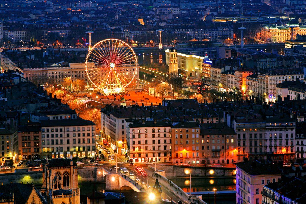 Touristen treffen sich im Place Bellecour nicht nur wegen seiner Bekanntheit, sondern auch weil sich hier die beiden größten Einkaufsstraßen von Lyon treffen, Frankreich - © Thierry Maffeis / Shutterstock