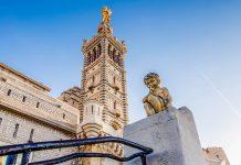 6 Jahre nach der Weihe der Basilika Notre Dame de la Garde wurde ihr Glockenturm mit einer knapp 10m hohen vergoldeten Marienfigur geschmückt, Marseille, Frankreich - © anshar / Shutterstock