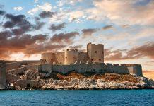 Das berühmte Château d'If vor der Küste von Marseille, Frankreich, bietet düstere Geschichte und traumhafte Ausblicke auf die Umgebung - © Gurgen Bakhshetsyan / Shutterstock