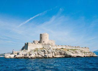 """Das ehemalige Gefängnis Château d'If vor der Küste von Marseille, Frankreich, ist durch den Roman """"Der Graf von Monte Cristo"""" weltweit bekannt - © slava17 / Shutterstock"""