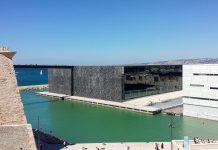 Das Museum MuCEM liegt an prominenter Stelle direkt neben dem Fort Saint-Jean an der Hafeneinfahrt von Marseille an einem Pier, Frankreich - © SiefkinDR CC BY-SA3.0/Wiki