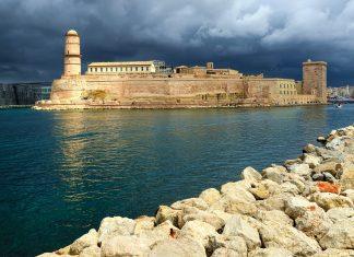 Das trutzige Fort Saint-Jean aus der Zeit des Sonnenkönigs begrüßt seit Jahrhunderten jedes Schiff, welches in den malerischen Alten Hafen von Marseille einläuft, Frankreich - © Alvov / Shutterstock