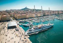 Der Alte Hafen geht bis auf die Antike zurück und gilt als touristisches Zentrum von Marseille, Frankreich - © Tatyana Vyc / Shutterstock