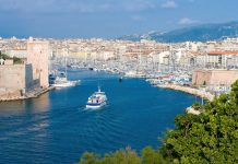 Der Vieux Port von Marseille zählt zu den ältesten Hafenanlagen Europas und zu den wichtigsten Sehenswürdigkeiten von Marseille, Frankreich - © Pierre-Yves Babelon/Shutterstock