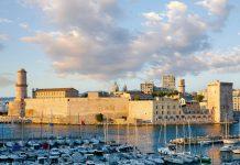 Die Festung Saint-Jean thront am Eingang zum Hafen von Marseille und fungiert heute als Museum und unverkennbares Postkartenmotiv, Frankreich - © Gurgen Bakhshetsyan / Shutterstock