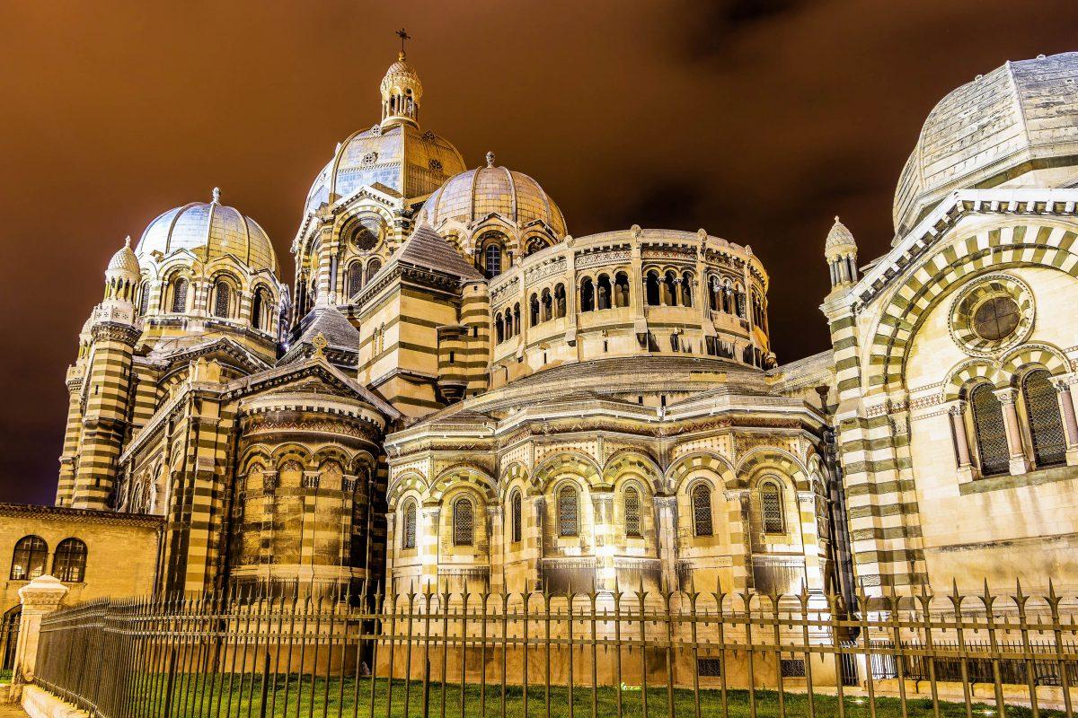 Die katholische Cathédrale de la Major in Marseille, Frankreich, wurde vom protestantischen Architekten Jacques Henri Espérandieu entworfen - © Leonid Andronov / Shutterstock