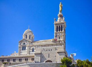 Die weithin sichtbare Basilika Notre Dame de la Garde ist als Wallfahrtskirche und Wahrzeichen von Marseille beliebtes Ziel für Pilger und Touristen, Frankreich  - © Anilah / Shutterstock