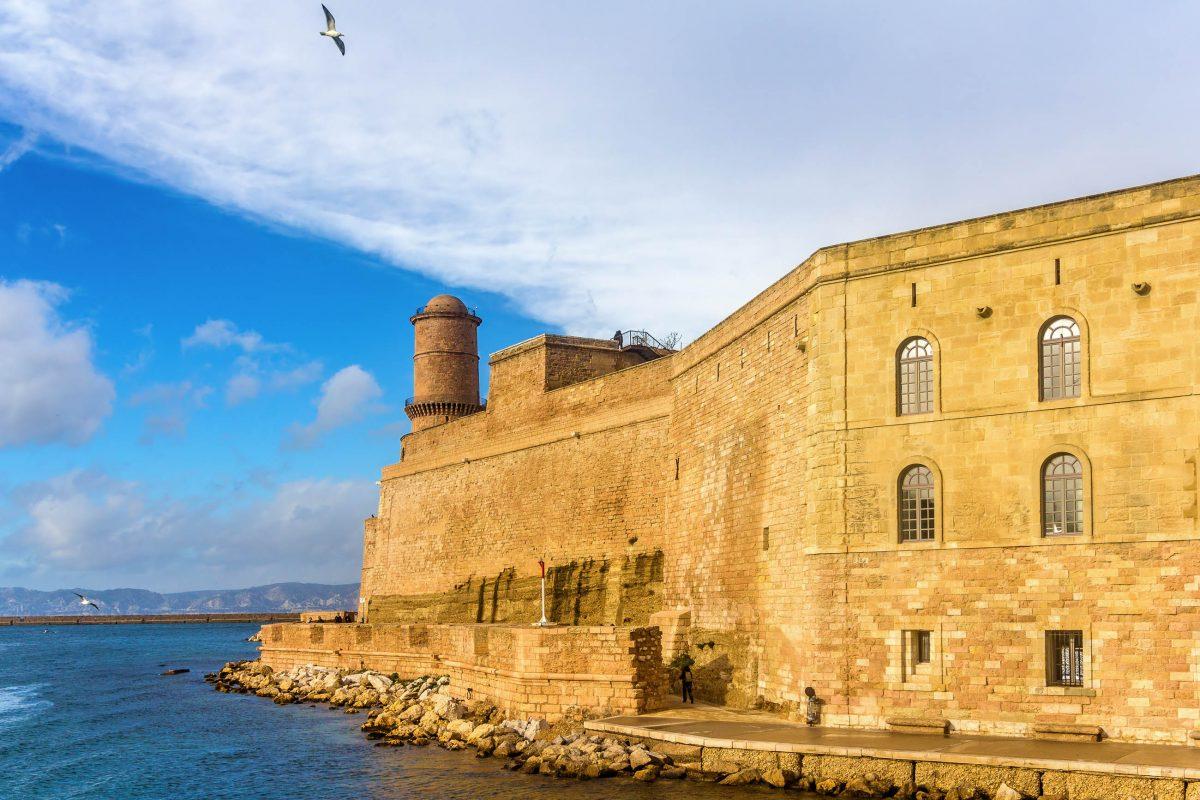 Im Zweiten Weltkrieg wurde das Fort Saint-Jean in Marseille, Frankreich, von deutschen Truppen als Munitionslager verwendet und erlitt nach einer Explosion schwere Schäden - © Leonid Andronov / Shutterstock
