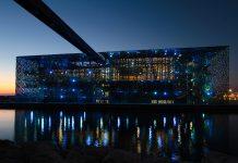 In der Nacht erstrahlt das MuCEM am Hafen von Marseille in zahlreichen Blauschattierungen, die für die vielfältigen Kulturen stehen, Frankreich - © Pierre-Jean Durieu / Shutterstock