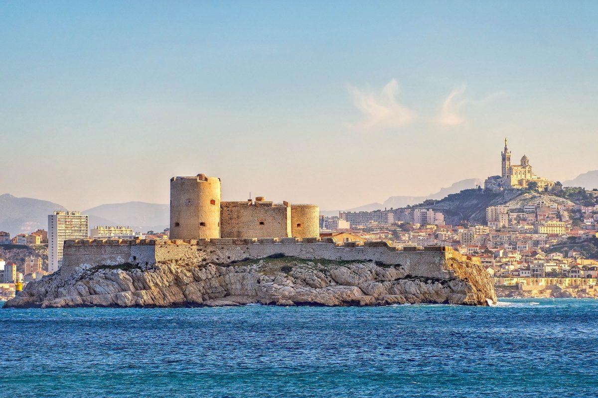 In nur wenigen Minuten ist das Château d'If vom Alten Hafen von Marseille mit dem Boot erreicht, Frankreich - © Boris Stroujko / Shutterstock