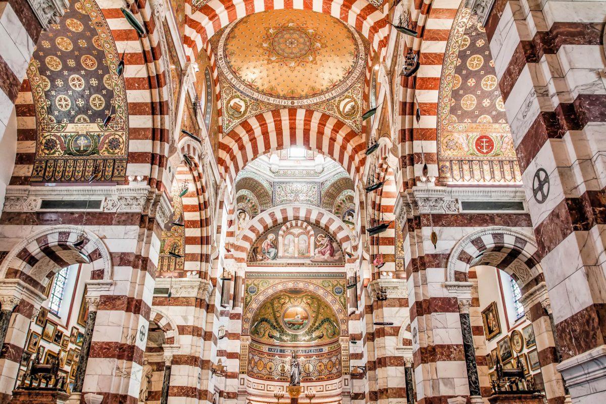 Mit ihrem opulent geschmückten Innenraum passt die Basilika Notre Dame de la Garde von Marseille in die typische Architektur napoleonischer Zeit, Frankreich - © Curioso / Shutterstock