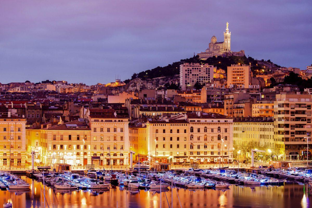 """Vom """"La Garde"""" und seiner Basilika tut sich von 160 Metern Höhe ein traumhafter Rundblick über Marseille und das Mittelmeer auf, Frankreich - © Dontsov Evgeny / Shutterstock"""