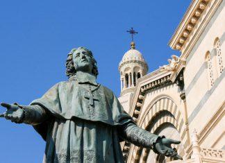 Vor der Kathedrale von Marseille thront eine Statue des Bischofs Henri de Belsunce, Frankreich - © sigurcamp / Shutterstock