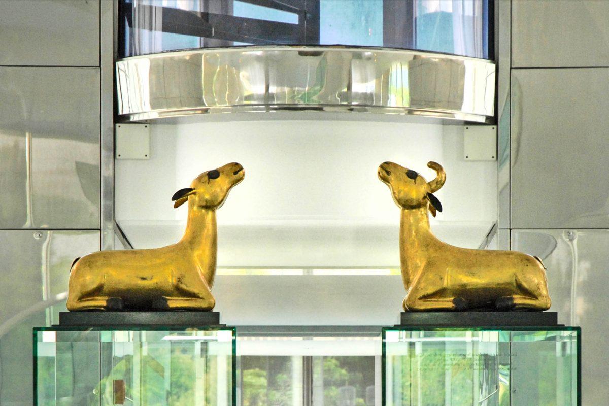 Am Musée des Arts Asiatiques in Nizza symbolisieren Reh und Hirsch die erste Predigt Buddhas, Frankreich - © Jean-Pierre Dalbéra CC BY2.0/Wiki