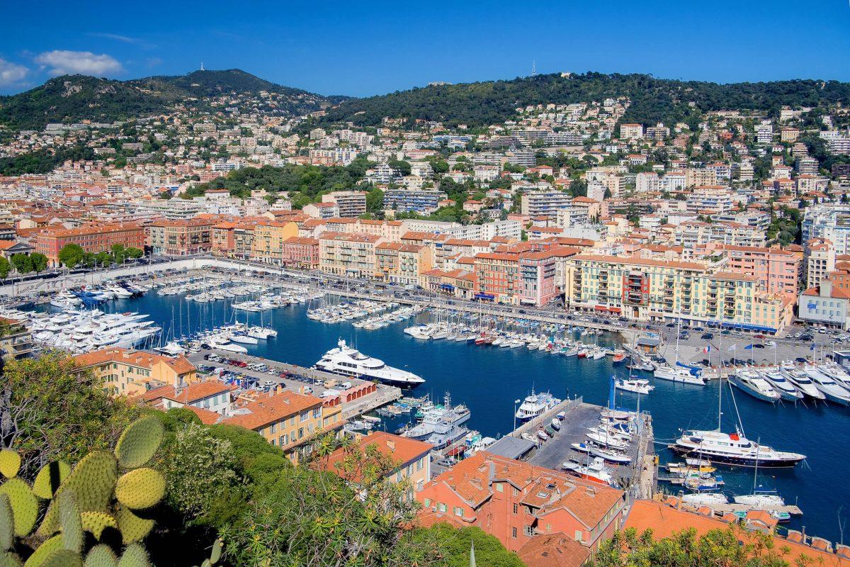 Bevor man in das Gassengewirr der Altstadt vorstößt, sollte man sich auch einen Besuch des malerischen Hafens von Nizza nicht entgehen lassen, Frankreich - © Andre Nantel / Shutterstock