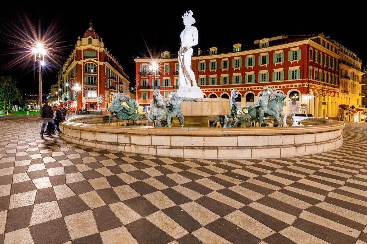 Der Place Masséna mit dem malerischen Fontaine du Soleil in der Mitte ist der wohl schönste Platz in der Altstadt von Nizza, Frankreich - © anshar / Shutterstock