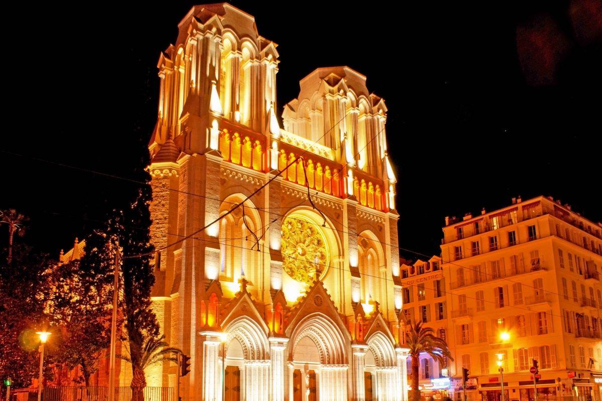 Die imposante Basilika Notre Dame in Nizza, Frankreich, beeindruckt mit zwei gut 30m hohen Türmen und einer kunstvollen Fensterrosette - © eFesenko / Shutterstock