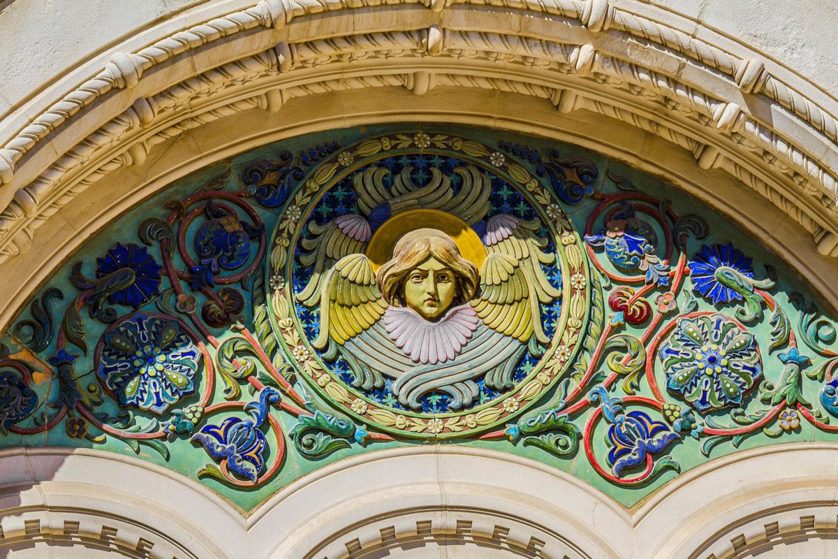 Die liebevollen Details, die die Kathedrale Saint-Nicolas in Nizza, Frankreich, zu einem imposanten Gesamtkunstwerk machen, werden erst bei genauerem Hinsehen sichtbar - © Kiev.Victor / Shutterstock