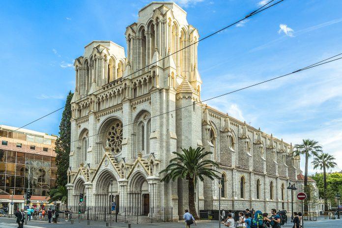 Die Notre Dame im Zentrum von Nizza, Frankreich, wirkt wie eine jahrhundertealte Basilika, stammt tatsächlich jedoch aus dem 19. Jahrhundert   - © Kiev.Victor / Shutterstock