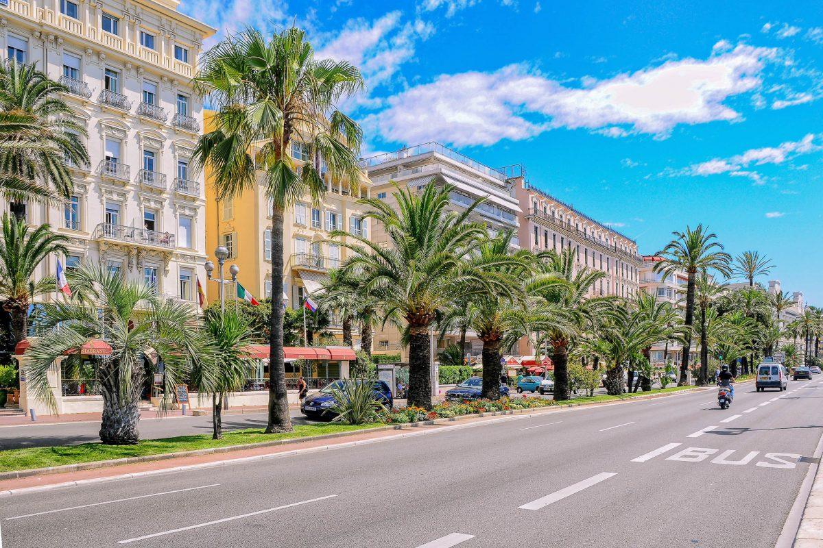"""Die """"Promenade der Engländer"""" in der Altstadt von Nizza hat ihren Namen den englischen Besuchern des 18. Jahrhunderts zu verdanken, Frankreich - © Alexander Tihonov / Shutterstock"""