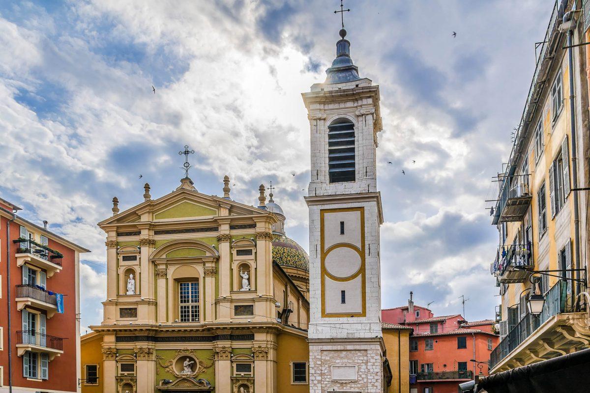 Die schmucke Cathédral Sainte-Réparate am Place Rosetti in Nizza, Frankreich, wurde 1699 geweiht und 1750 um den markanten, freistehenden Glockenturm ergänzt - © Kiev.Victor / Shutterstock