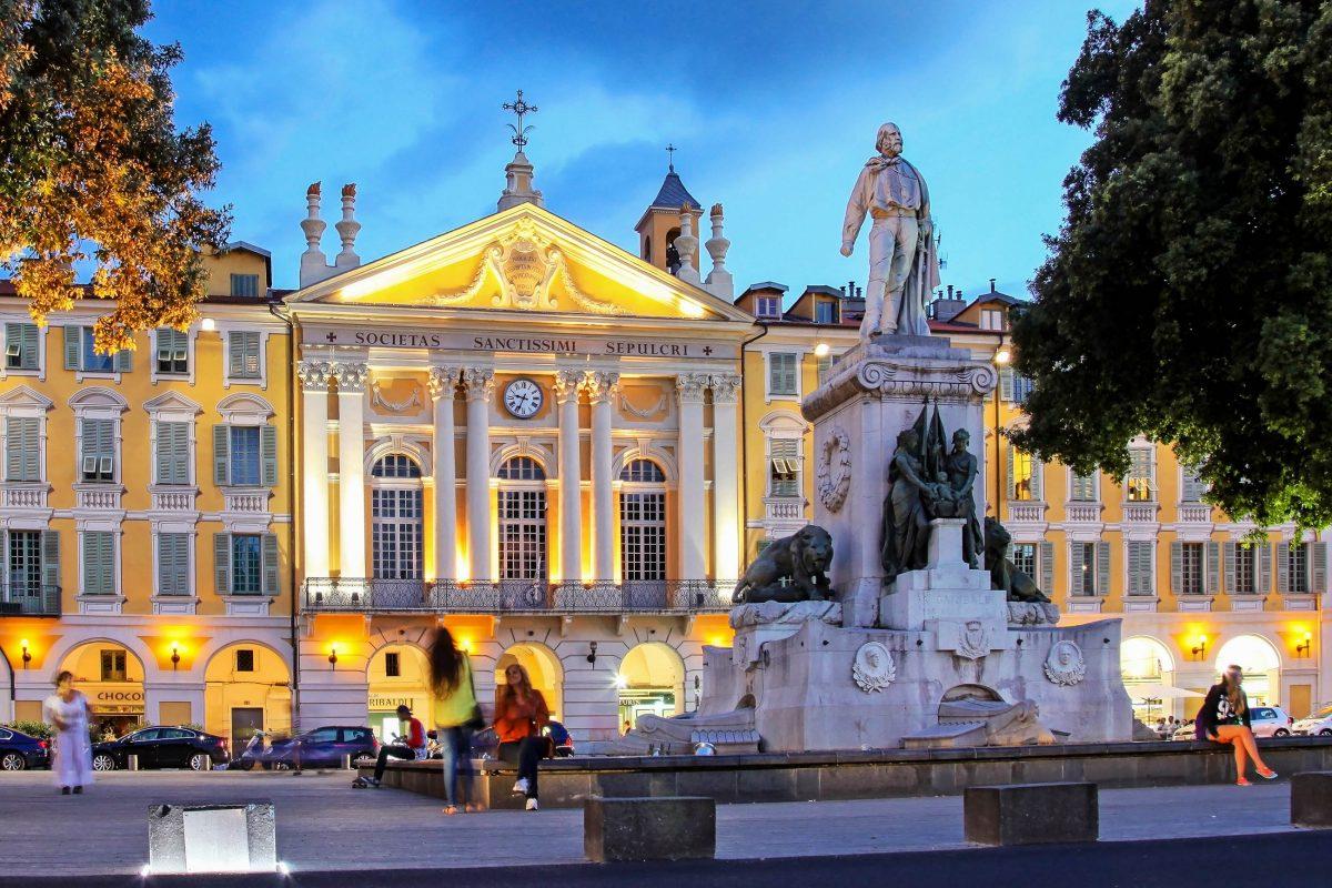 Eine Statue von Guiseppe Garibaldi thront am Place Garibaldi in Nizza vor der imposanten Fassade der Saint-Sépulcre-Kapelle, Frankreich - © muharremz / Shutterstock