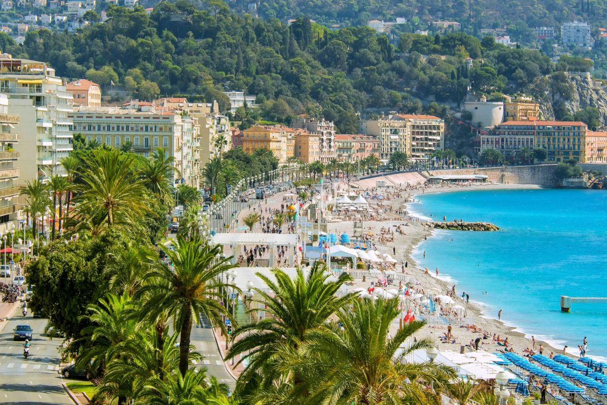 Touristen treffen sich an der Promenade des Anglais in Nizza, um das Panorama zu genießen und die Seele baumeln zu lassen, Frankreich - © FloridaStock / Shutterstock