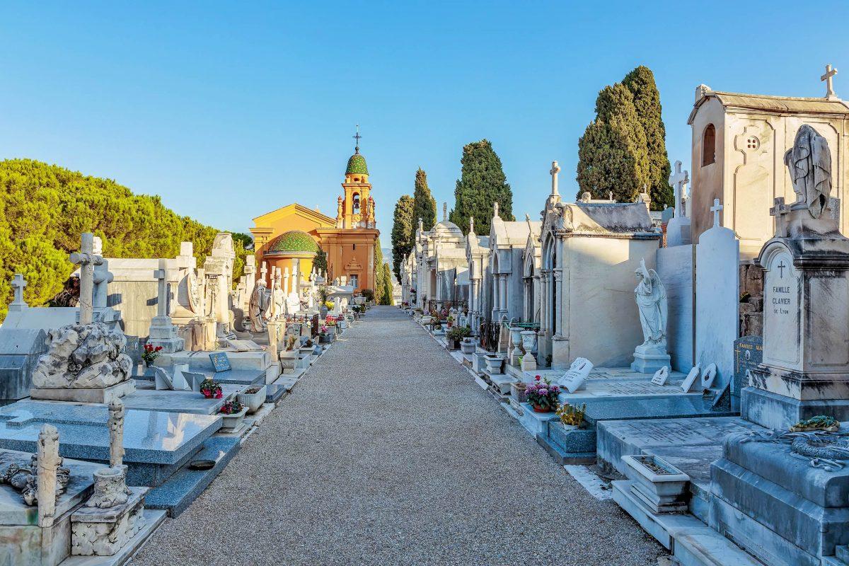 """Um eine kleine Kirche wurde auf dem Colline du Château in Nizza der Friedhof """"Cimetière du Château"""" angelegt, Frankreich - © Laborant / Shutterstock"""