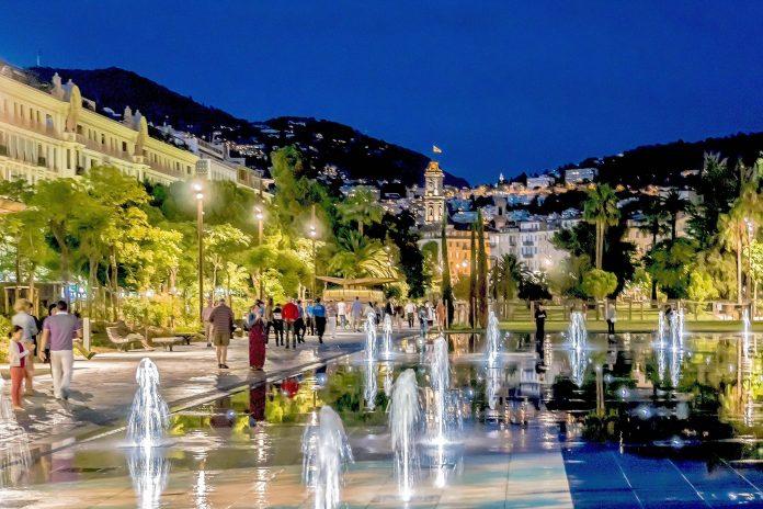 """Vieux Nice, das """"alte Nizza"""", zählt neben der spektakulären Nôtre Dame und der vielfältigen Museenlandschaft zu den wichtigsten Sehenswürdigkeiten von Nizza - © Kiev.Victor / Shutterstock"""