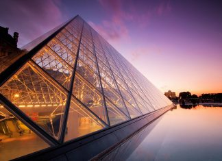 Abendstimmung am weltberühmten Louvre-Museum in Paris mit seiner Glaspyramide, Frankreich - © Sanchai Kumar / Shutterstock