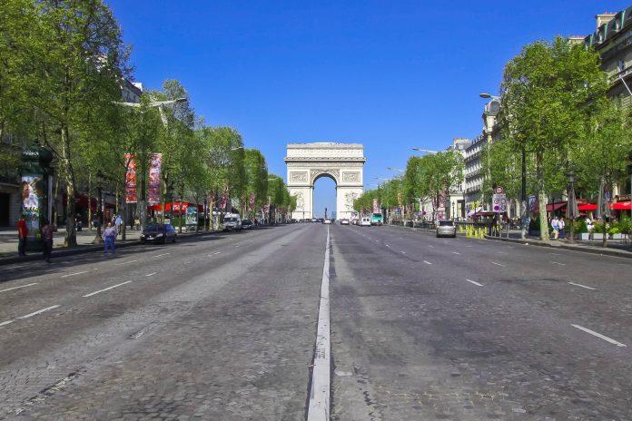 Am Ende der Champs Elysées, der wohl berühmtesten Prachtstraße von Paris steht der Arc de Triomphe von dessen Dachterasse man einen wundervollen Blick über Paris hat, Frankreich - © Claude Coquilleau / Fotolia