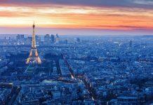 Blick über die abendlichen Dächer von Paris, selbstverständlich mit dem beleuchteten Eiffelturm, Frankreich - © Kanuman / Shutterstock