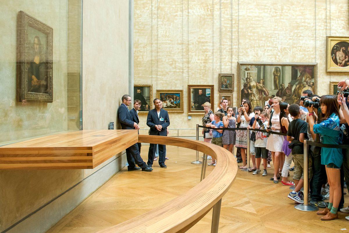 Das bekannteste Exponat im Louvre ist natürlich das weltberühmte Portrait der Mona Lisa von Leonardo da Vinci, Paris, Frankreich - © Alessandro Colle / Shutterstock