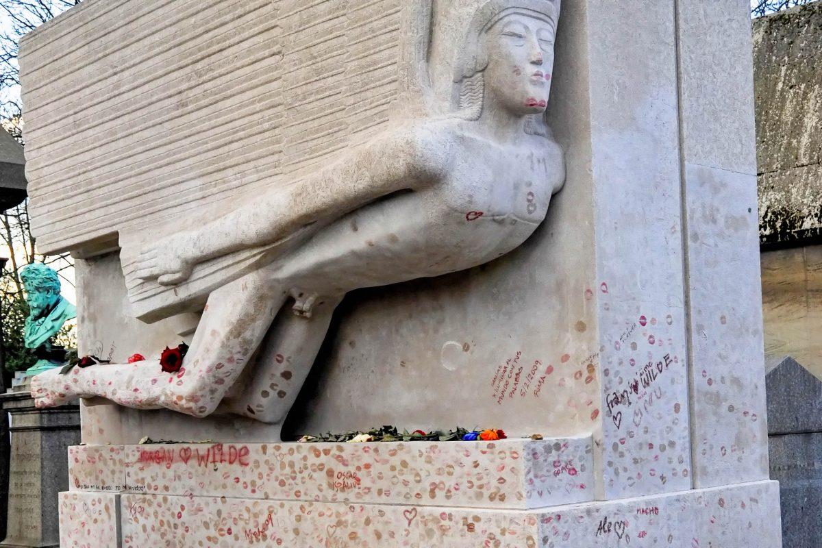 Das Grab von Oscar Wilde auf dem Friedhof Père Lachaise in Paris, Frankreich, ist mit Kussmündern übersät - © Jaime Pharr / Shutterstock