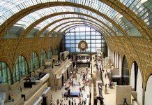 Das Musée d'Orsay im ehemaligen Gare d'Orsay an der Seine in Paris, Frankreich, zeigt Gemälde und Skulpturen weltberühmter französischer Künstler - © CFviper / Shutterstock