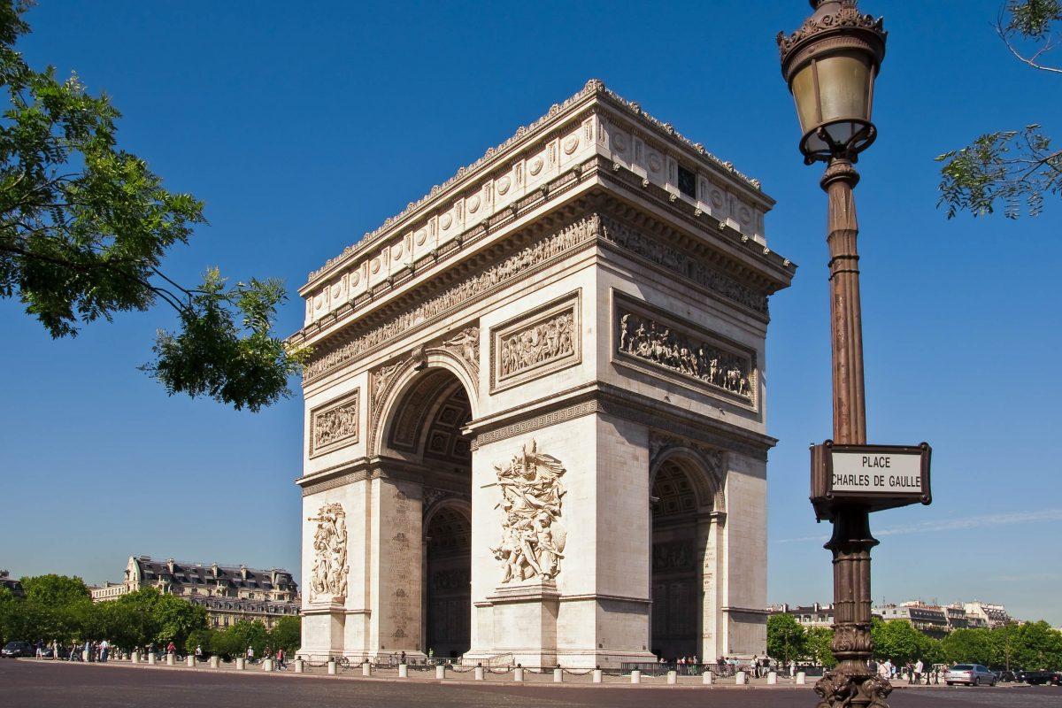 Der Arc de Triomphe auf dem Place Charles de Gaulle ist ein guter Ausgangspunkt für einen Einkaufsbummel über die Champs Élysées, Paris, Frankreich - © Delphimages / Fotolia